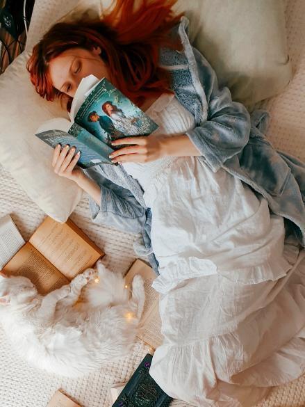 Bufnițele și pisicile sunt o altă pasiune a ei, a găsit câteva obiecte decorative cu ele pe BIANO și și-a amenajat și patul cu o cuvertură albă, simplă și elegantă, ca o pânză albă pe care să își poată imagina filmul poveștilor citite.
