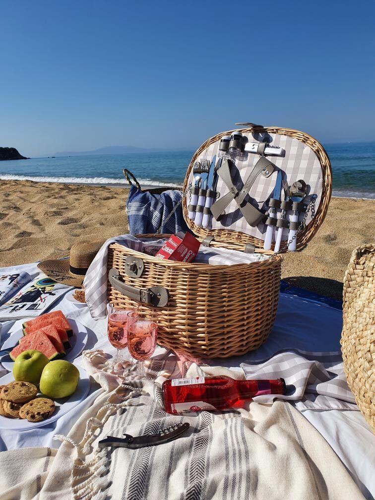 Sau puteți încerca varianta Ramonei (decohomebyramo- o găsiți pe instagram), un picnic pe plajă. Un coș echipat este un accesoriu numai bun atunci când ești în vacanță și vrei să aștepți la malul mării răsăritul ori apusul.